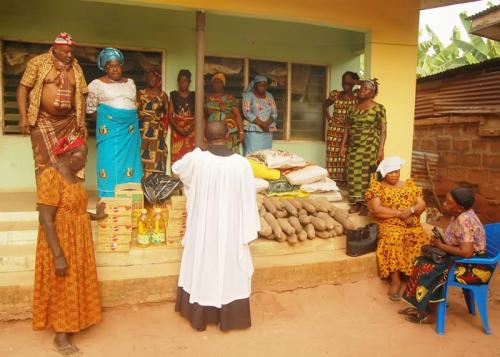 PASTOR CHIMEZIE OBIOHA PRAYING FOR WIDOWS, THE FOUNDATION AND THE FAMILY – INSERT ARE THE DONATED ITEMS BY THE FOUNDATION