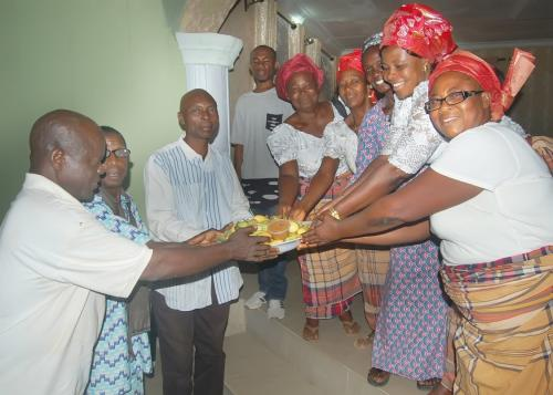 PRESENTATION OF KOLA NUTS BY THE WOMEN EXECUTIVES AMONG THEM SOME WIDOWS