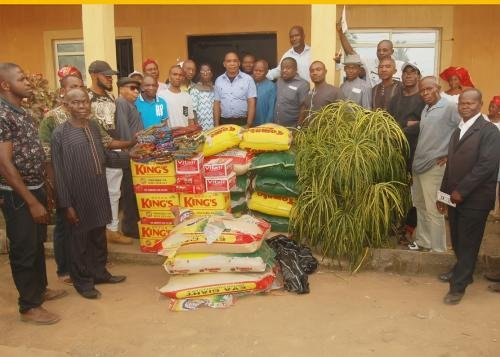A GROUP PICTURE BY THE COMMUNITY WITH THE DONATED ITEMS